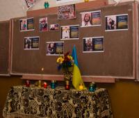 На стенді - фото загиблих на Майдані