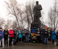 Школярі запалюють лампадки в пам'ять про Небесню сотню біля пам'ятника Т.Г.Шевченка