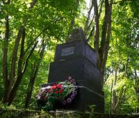 Покладання вінків до підніжжя пам'ятника жервам Голокосту.