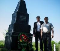 Голова сільради Дячук І.А., директор СТОВ ім.Мічуріна Фурман В.В. біля пам'ятника жертвам Голокосту. Покладання вінків.