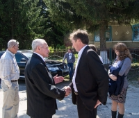Дячук І.А. вітає Вайнера Аркадія Петровича. Аркадій Петрович один з тих, хто вижив у часи Голокосту.