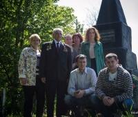 Єврейська родина біля братської могили.