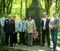 Єврейська родина та голова сільради Дячук І.А. біля братської могили.