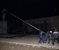 Активісти натянули канат і пробують своїми силами звалити вождя