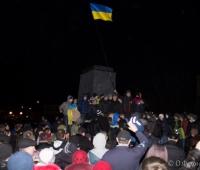 Активісти радіють. На місті пам'ятника встановлено прапор України