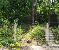 Ограда вокруг большой могилы находится в очень аварийном состоянии. Фактически она вообще отсутствует.