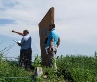 Комиссия обсуждает возможность создания подъезда/подхода к могиле. По закону к памятнику должна быть проложена дорожка.
