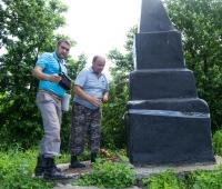 Осмотр памятника возле леса с.Маневцы