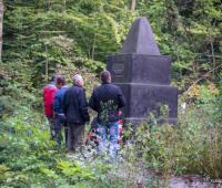 Большой памятник в лесу с.Маневцы