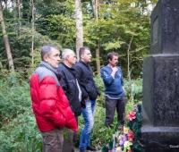 Оценивают состояние памятника и территории, а также обсуждают вопрос замены памятника. Этот монумент им показался в самом лучшем состоянии. Но внешность бывает обманчива.