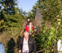 Осмотр памятника возле леса