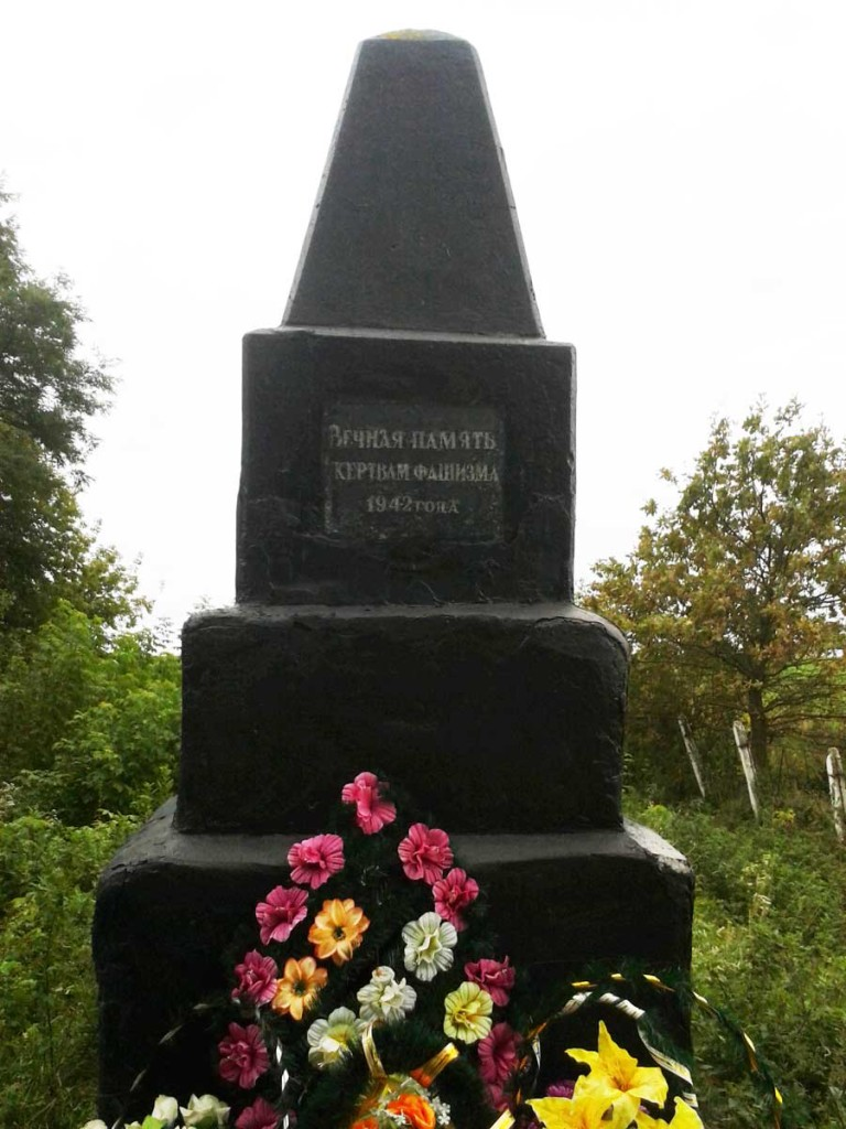 В Манівецьких братських могилах лежать не тільки євреї?