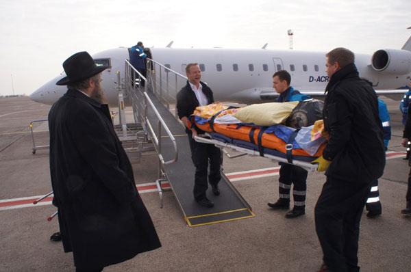 Отправка раненых из Киева в Израиль. Слева: раввин Моше-Реувен Асман
