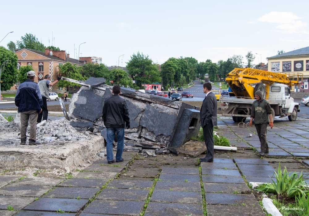 У Красилові почали розбирати постамент від пам'ятника Леніну