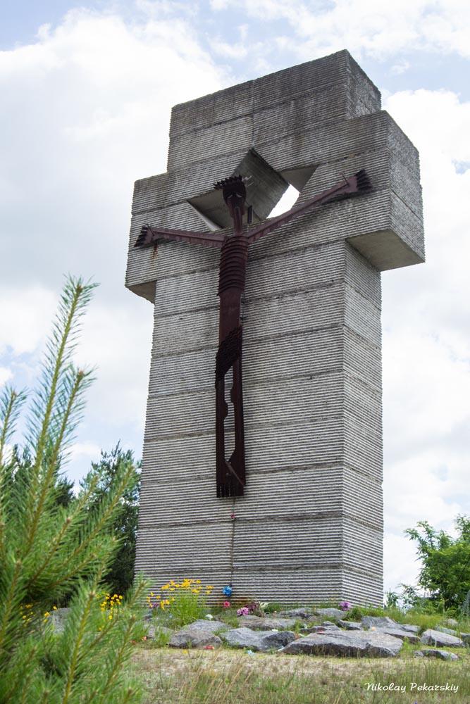"""Славутські школярі прибрали меморіал """"Поле пам'яті"""""""