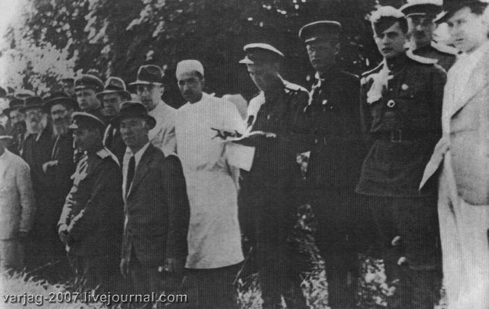 Члены Государственной чрезвычайной комиссии по установлению и расследованию злодеяний немецко-фашистских захватчиков и их соучастников в бабьем Яру, 1944. Среди членов комиссии – военные, врачи, юристы, раввины.