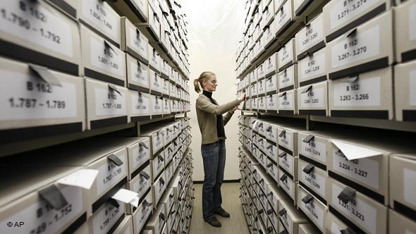 Сотрудник архива с материалами центра