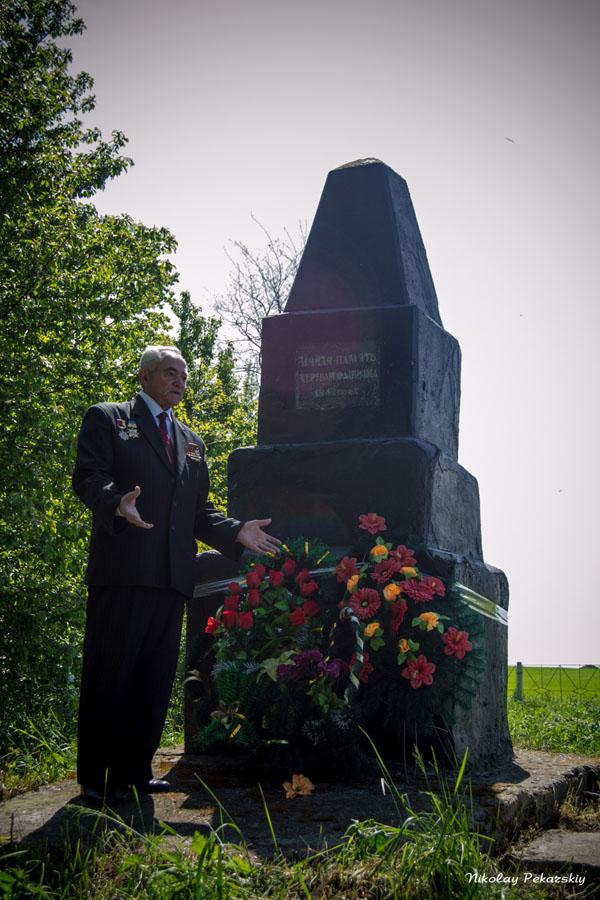 Вайнер Аркадий возле памятника погибшим евреям. Вспоминает события прошлого и возмущается: как можно допускать к такому состоянию эти памятники?! Вайнер очень переживает за эти памятники.