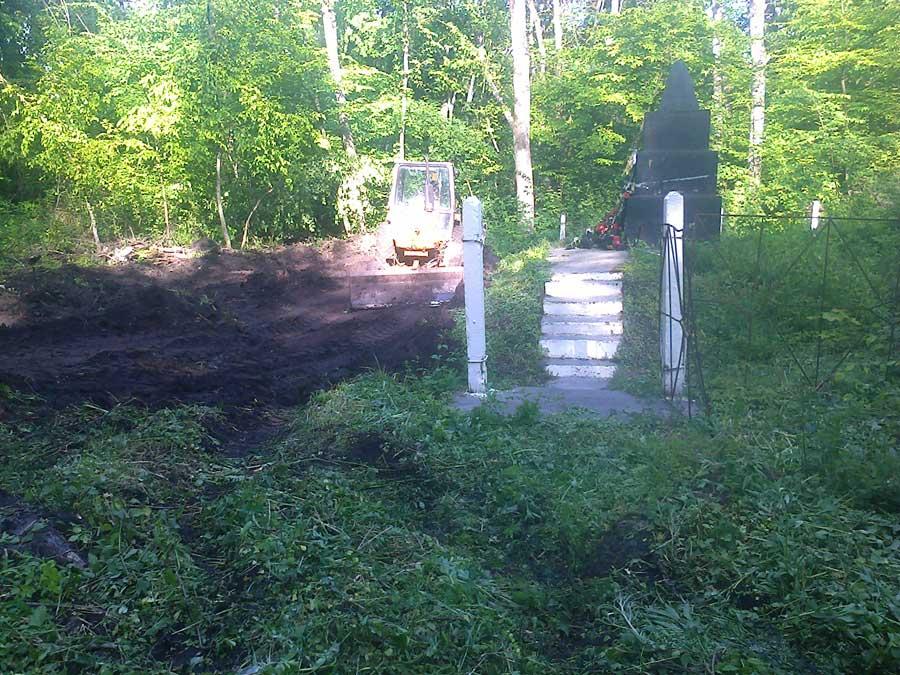 Подготовка территории большой братской могилы в лесу (с.Маневцы). 16-05-2015