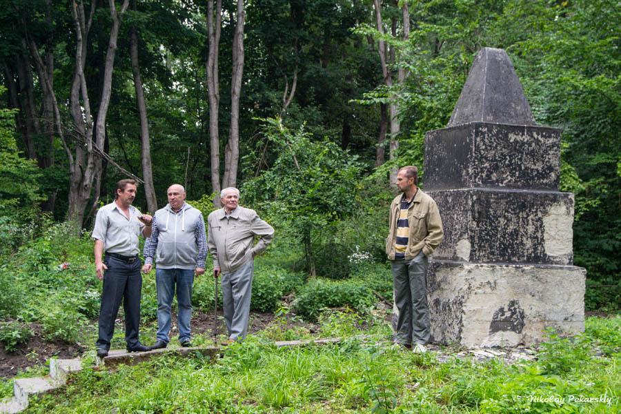 Ігор Ратушний відвідав єврейські братські могили в Манівцях та Росолівцях