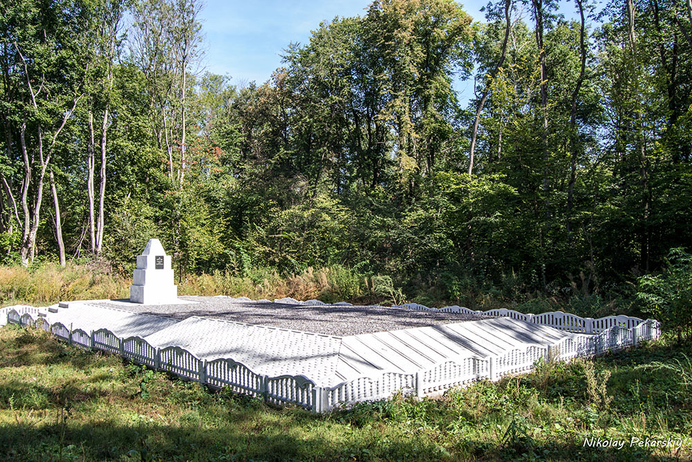 Большая могила в лесу